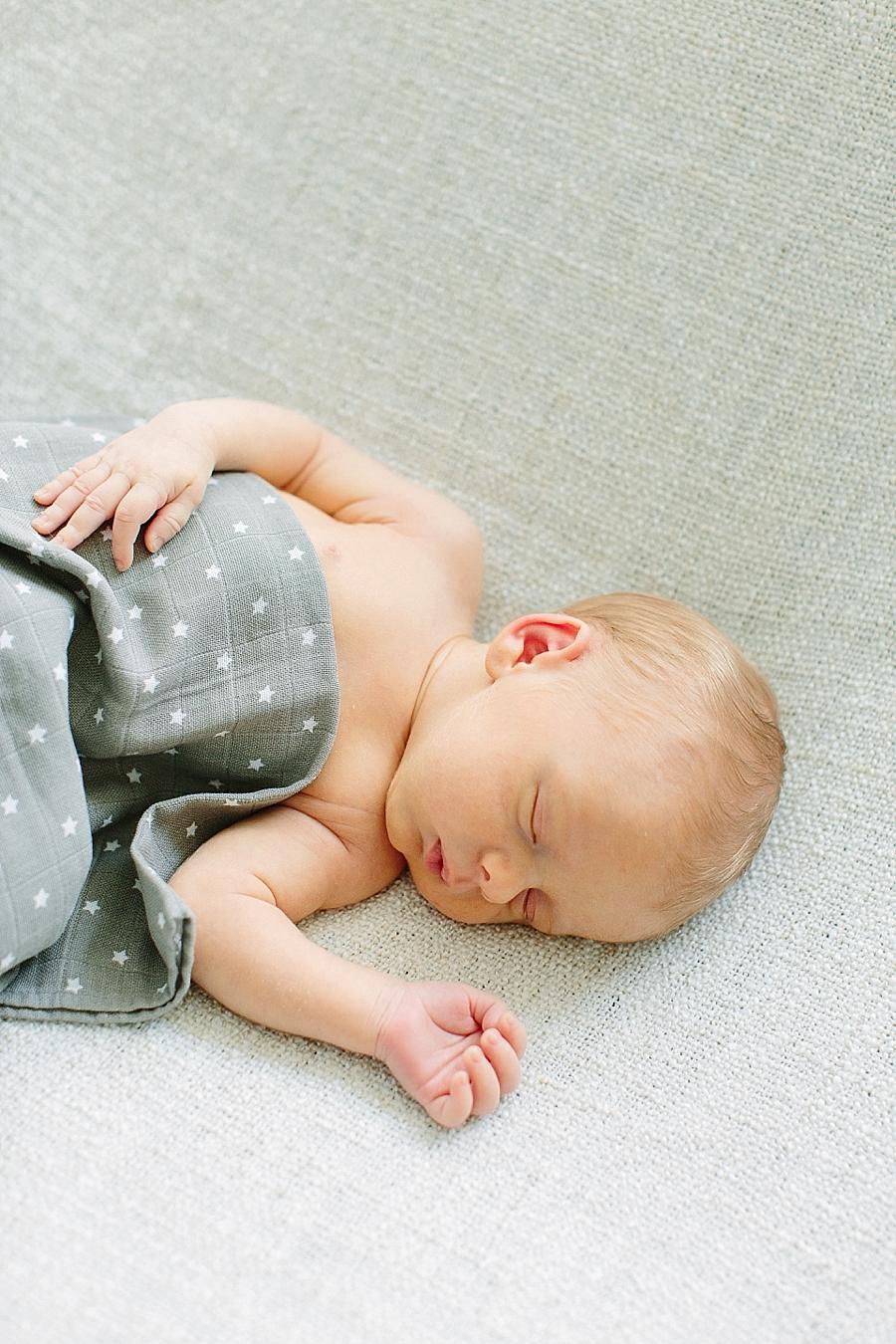 newborn, neugeborenes, neugeborenenfotos, neugeborenenbilder, familienfotos, familienbilder, natuerlich, natürlich, ketsch, aline lange fotografie, on location, zu hause, hell, leicht, luftig, entspannt, 10 tage