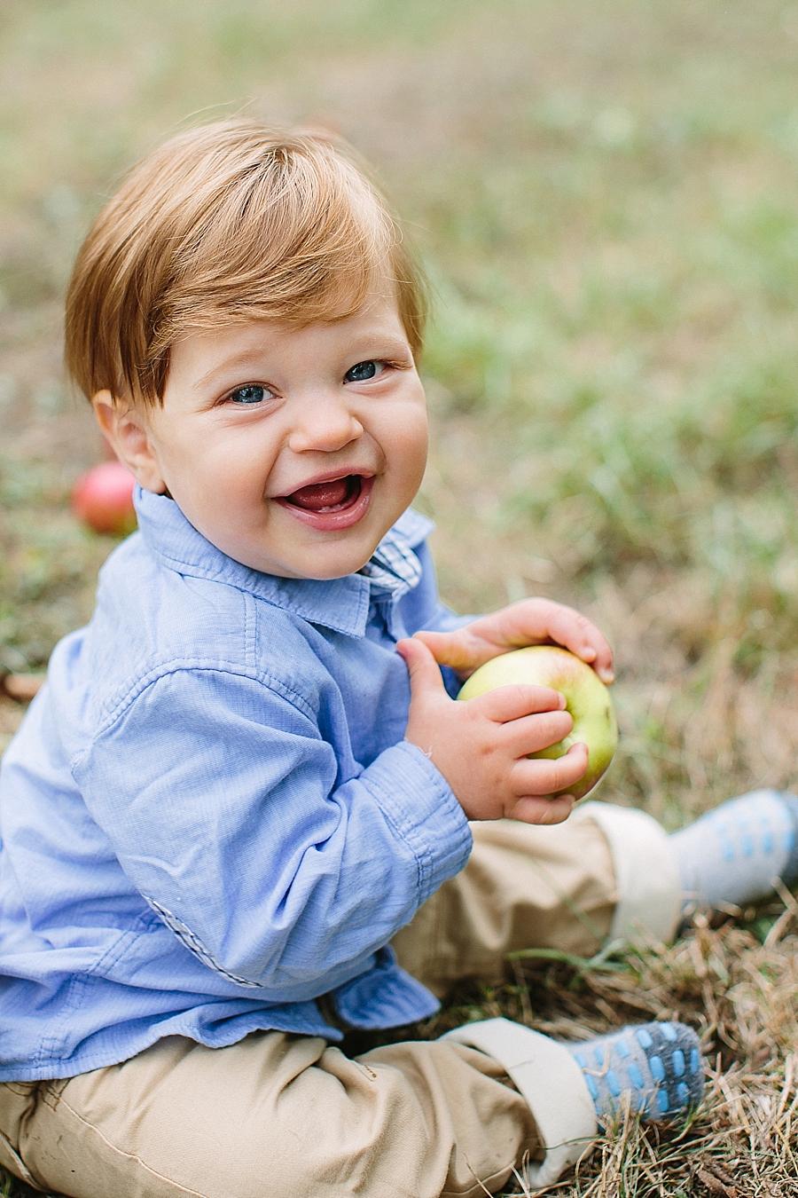 babyfotos, kindernfotos, natuerlich, entspannt, apfel, natur, grün, rot, blau, 9 monate, aline lange fotografie, heidelberg, rhein-neckar, mannheim, karlsruhe