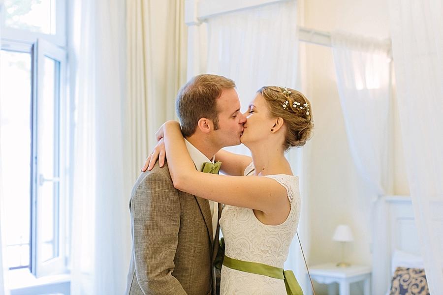 aline lange FOTOGRAFIE, aline lange, fotografin, hochzeitsfotografin, hochzeitsfotos, hochzeitsreportage, sommer, strand, sand, weiß, grün, gruen, entspannt, fröhlich, emotional, hochzeitsfotos, hochzeitsbilder, hochzeitsreportage, hochzeit, heiraten, wedding, wedding photographer, wedding photos, natuerlich, entspannt, ungestellt, authentisch, ehrlich, simpel, schlicht, heidelberg, standesamt, standesamtliche trauung, küss die braut, bow tie, braun, gruen, grün, spitze, vintage, detail, liebe, detailiebe, schleierkraut. hotel villa marstall