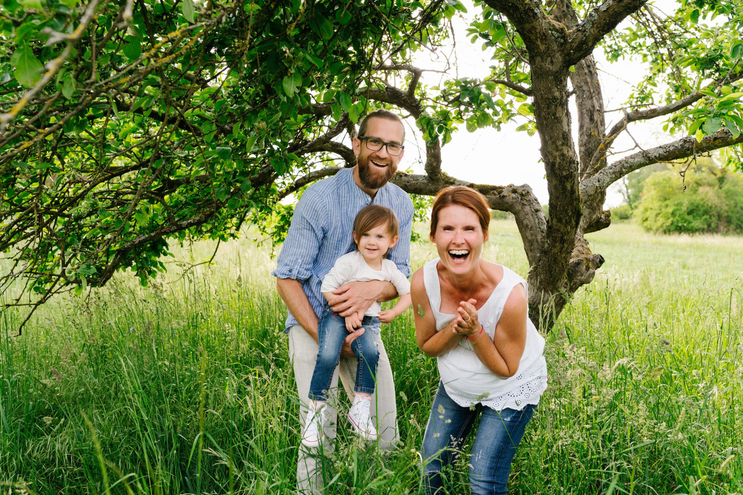 froehliche familienbilder mit babybauch in der natur von aline lange fotografie