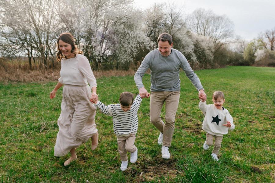 babybauchbilder zur Enthüllung des Babygeschlecht, Babybauchbilder in der Natur